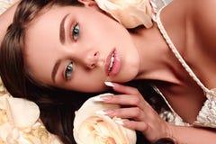 Härlig flicka med blommor Royaltyfria Bilder