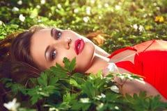 Härlig flicka med blommor Royaltyfri Foto