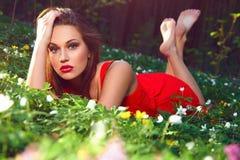 Härlig flicka med blommor Arkivfoto