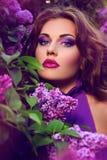 Härlig flicka med blommor Arkivbild
