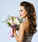 Härlig flicka med blommor i händer Arkivfoton
