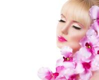 Härlig flicka med blommor och perfekt makeup på den vita backgrouen royaltyfri fotografi