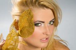 Härlig flicka med blont hår Arkivfoto