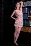 Härlig flicka med blont hår i kort klänninganseende Arkivfoto