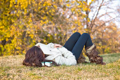 Härlig flicka med boken som sovar på gräs Arkivbilder