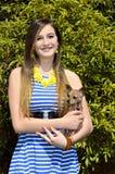 Härlig flicka med chihuahuaen arkivfoto