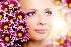Härlig flicka med chrysanthemumen Royaltyfria Foton