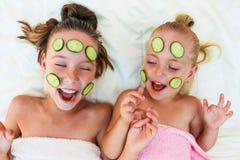 Härlig flicka med den ansikts- maskeringen av gurkan fotografering för bildbyråer