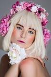 Härlig flicka med den blom- head tillbehören arkivbild