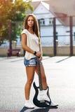 Härlig flicka med den elektriska gitarren Royaltyfria Foton
