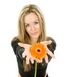 Härlig flicka med den färgrika blomman Arkivbild