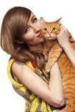 Härlig flicka med den gulliga ljust rödbrun katten Förälskelsehemhusdjur Royaltyfria Bilder