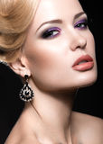 Härlig flicka med den ljusa makeup- och aftonfrisyren arkivbilder