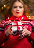 Härlig flicka med den närvarande asken och festliga ljus royaltyfri fotografi