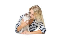 Härlig flicka med den orientaliska siam katten Arkivbilder