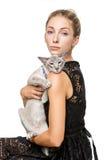 Härlig flicka med den orientaliska siam katten Royaltyfri Bild
