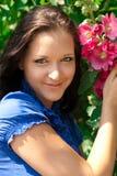 Härlig flicka med den röda blomman Arkivbilder