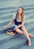 Härlig flicka med den retro kameran Arkivfoto