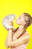 Härlig flicka med den skotska kattungen royaltyfri fotografi