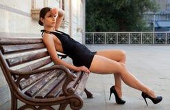 Härlig flicka med den svarta klänningen Royaltyfri Fotografi