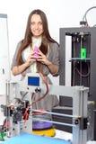 Härlig flicka med den tredimensionella skrivaren Fotografering för Bildbyråer