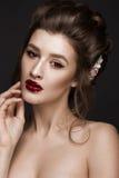 Härlig flicka med det klassiska sminket som gifta sig frisyren, ljusa kanter Härlig le flicka Royaltyfria Foton