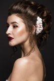Härlig flicka med det klassiska sminket som gifta sig frisyren, ljusa kanter Härlig le flicka Arkivbild