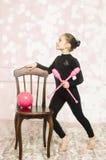 Härlig flicka med det rosa beslaget för rytmisk gymnastik Royaltyfria Foton