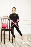 Härlig flicka med det rosa beslaget för rytmisk gymnastik Arkivbilder