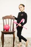 Härlig flicka med det rosa beslaget för rytmisk gymnastik Royaltyfri Foto