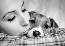 Härlig flicka med dreadlocks och hundvalpJack Russell terrie Arkivfoto