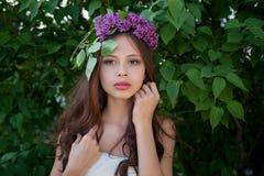 Härlig flicka med en filial av lilan Royaltyfria Foton