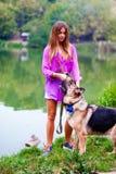 Härlig flicka med en herde nära sjön Arkivbild