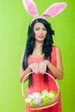 Härlig flicka med en korg av påskägg I Royaltyfria Bilder