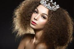 Härlig flicka med en krona i form av en prinsessa Royaltyfri Foto