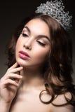 Härlig flicka med en krona i form av en prinsessa Arkivbild