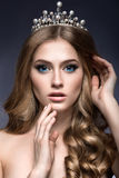 Härlig flicka med en krona i form av en prinsessa Arkivfoton
