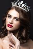 Härlig flicka med en krona i form av en prinsessa Arkivfoto