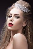 Härlig flicka med en krona i form av en prinsessa Härlig le flicka Royaltyfri Bild