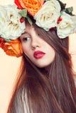 Härlig flicka med en ljus läppstift Royaltyfri Fotografi