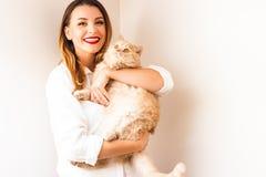 Härlig flicka med en röd katt Royaltyfri Foto