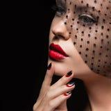 Härlig flicka med en skyla, aftonmakeup, svart Fotografering för Bildbyråer