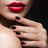 Härlig flicka med en skyla, aftonmakeup, svart Royaltyfria Foton