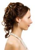 Härlig flicka med ett halsband runt om hångla royaltyfri bild