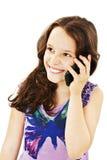 Härlig flicka med ett lyckligt uttryck som talar på telefonen Arkivbild