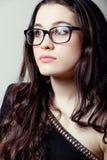 Härlig flicka med exponeringsglasståenden Royaltyfri Foto
