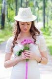 Härlig flicka med färgrika blommor Royaltyfri Fotografi