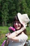 Härlig flicka med färgrika blommor Royaltyfria Bilder