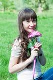 Härlig flicka med färgrika blommor Arkivfoto
