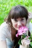 Härlig flicka med färgrika blommor Royaltyfria Foton